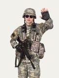 Στρατιώτης που παρουσιάζει σύμβολο στάσεων Στοκ Εικόνες