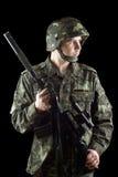 Στρατιώτης που πιάνει ένα πυροβόλο όπλο στοκ εικόνα