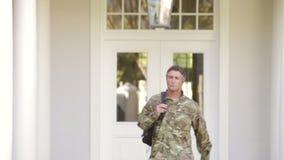 Στρατιώτης που φορά την ομοιόμορφη επιστροφή μετά από την άδεια στο σπίτι απόθεμα βίντεο