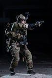 Στρατιώτης προδιαγραφών ops με το πιστόλι Στοκ Εικόνες
