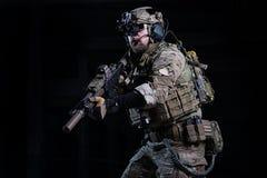 Στρατιώτης προδιαγραφών ops με το πυροβόλο όπλο Στοκ Εικόνες