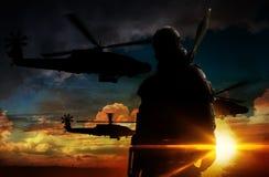 Στρατιώτης σκιαγραφιών στο ηλιοβασίλεμα Στοκ Φωτογραφία