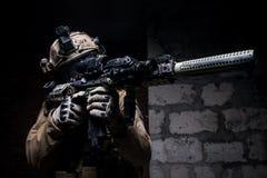 Στρατιώτης στα στρατιωτικά πυρομαχικά με το πυροβόλο όπλο Στοκ φωτογραφίες με δικαίωμα ελεύθερης χρήσης