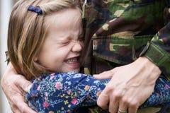 Στρατιώτης στην άδεια που αγκαλιάζεται από την κόρη στοκ εικόνα με δικαίωμα ελεύθερης χρήσης