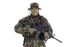 Στρατιώτης στην κάλυψη και το σύγχρονο όπλο M4 Στοκ εικόνα με δικαίωμα ελεύθερης χρήσης