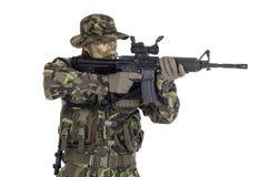 Στρατιώτης στην κάλυψη και το σύγχρονο όπλο M4 Στοκ Εικόνα
