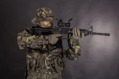 Στρατιώτης στην κάλυψη και το σύγχρονο όπλο M4 Στοκ Φωτογραφίες
