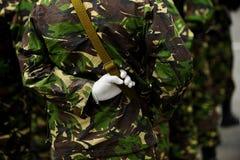Στρατιώτης στην κάλυψη ομοιόμορφη με το χέρι πίσω από την πλάτη του Στοκ Εικόνες