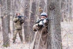 Στρατιώτης στην κάλυψη ομοιόμορφη Στοκ Φωτογραφίες