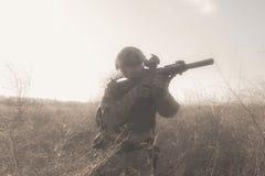 Στρατιώτης στο πλήρες ΝΑΤΟ ομοιόμορφο στην ομίχλη Στοκ Εικόνες
