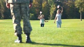 Στρατιώτης στο camoubackgrounde που συναντά το οικογενειακό πάρκο του υπαίθρια, οπισθοσκόπο απόθεμα βίντεο