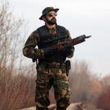 Στρατιώτης στρατού με τη βαλλίστρα Στοκ εικόνα με δικαίωμα ελεύθερης χρήσης