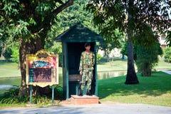Στρατιώτης της φρουράς βασιλιάδων στο κτύπημα PA θερινών παλατιών μέσα σε Ayutthaya Στοκ εικόνα με δικαίωμα ελεύθερης χρήσης