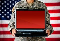 Στρατιώτης: Lap-top με την κενή οθόνη Στοκ Φωτογραφίες