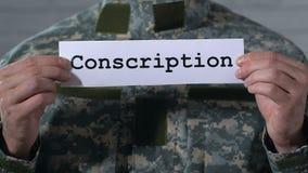 Στρατολογία που γράφεται σε χαρτί στα χέρια του αρσενικού στρατιώτη, στρατιωτική υπηρεσία απόθεμα βίντεο
