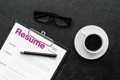 στρατολόγηση Επιλέξτε τους υπαλλήλους Επαναλάβετε κοντά στον καφέ, γυαλιά στη μαύρη τοπ άποψη υποβάθρου στοκ φωτογραφία