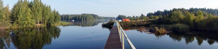 Στρατοπέδευση στη λίμνη στοκ φωτογραφίες με δικαίωμα ελεύθερης χρήσης