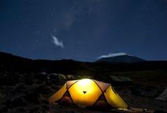 Στρατοπέδευση κάτω από τα αστέρια Kilimanjaro Στοκ Φωτογραφίες