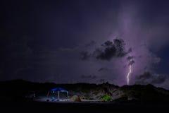 Στρατοπέδευση σε μια θύελλα αστραπής Στοκ εικόνα με δικαίωμα ελεύθερης χρήσης