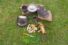 Στρατοπέδευση σε μια ορεινή περιοχή με το μαγείρεμα του εξοπλισμού στοκ φωτογραφία