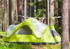 Στρατοπέδευση υπαίθρια με τη σκηνή στα ξύλα το καλοκαίρι Στοκ εικόνες με δικαίωμα ελεύθερης χρήσης