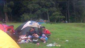 Στρατοπεδεύοντας στη λίμνη Buyan, Μπαλί. απόθεμα βίντεο