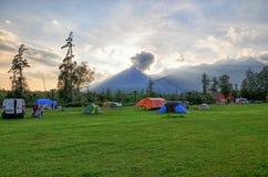 Στρατόπεδο κοντά στα βουνά στο εθνικό πάρκο της Σλοβακίας επάνω από το ζωηρόχρωμο ηλιοβασίλεμα βουνών τοπίων hdr στοκ φωτογραφία
