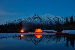 Στρατόπεδο κοντά στη λίμνη βουνών Τοπίο νύχτας με μια σκηνή κοντά στο νερό στοκ εικόνες
