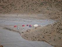 Στρατόπεδο με τις σκηνές και τα μουλάρια που βλέπουν από το ψηλό στα βουνά του άτλαντα σε Maroc στοκ εικόνες