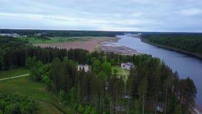 Στρατόπεδο πρωτοπόρων στις όχθεις του ποταμού δυτικό Dvina απόθεμα βίντεο
