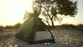 Στρατόπεδο σκηνών κατά τη διάρκεια του ηλιοβασιλέματος ή ανατολή στην παραλία του νησιού απόθεμα βίντεο
