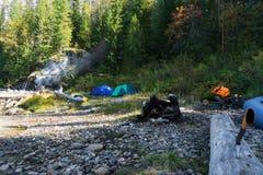 Στρατόπεδο στον ποταμό Στοκ φωτογραφία με δικαίωμα ελεύθερης χρήσης