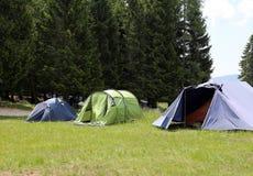 Στρατόπεδο ανιχνεύσεων αγοριών με τις σκηνές στον ύπνο κατά τη διάρκεια του καλοκαιρινό εκπαιδευτικό κάμπινγκ στοκ εικόνα