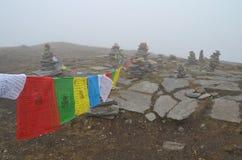 Στρατόπεδο βάσεων της Mardi Himal στο Νεπάλ, περιοχή Annapurna Σημαίες προσευχής στην ομίχλη Στοκ Εικόνες