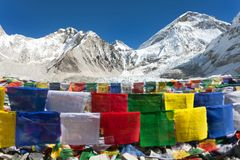 Στρατόπεδο βάσεων Everest με τις σειρές των βουδιστικών σημαιών προσευχής Στοκ Εικόνες