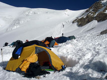 Στρατόπεδο ορειβασίας μεγάλου υψομέτρου στα βουνά Στοκ Εικόνες