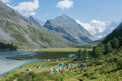 Στρατόπεδο σκηνών κοντά στη λίμνη Akkem Στοκ φωτογραφία με δικαίωμα ελεύθερης χρήσης