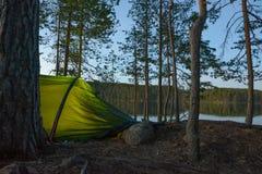 Στρατόπεδο σκηνών στο δάσος Στοκ φωτογραφία με δικαίωμα ελεύθερης χρήσης