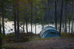 Στρατόπεδο σκηνών στο δάσος Στοκ εικόνα με δικαίωμα ελεύθερης χρήσης