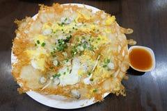 Στρείδια παν-που τηγανίζονται τριζάτα στο κτύπημα Hoi Tod αυγών με το sprou φασολιών Στοκ Εικόνες