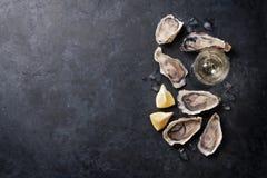 Στρείδια με το λεμόνι και το άσπρο κρασί Στοκ εικόνα με δικαίωμα ελεύθερης χρήσης