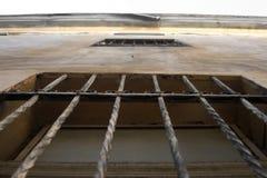 Στριμμένες οι σίδηρος ράβδοι είναι συνδεμένες με τον τοίχο Στοκ φωτογραφία με δικαίωμα ελεύθερης χρήσης