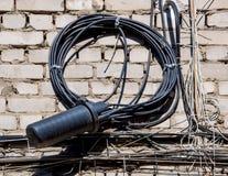 Στριμμένοι τηλεφωνικό καλώδιο και συζευκτήρας στον τοίχο του σπιτιού στοκ φωτογραφία με δικαίωμα ελεύθερης χρήσης