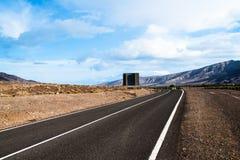 Στριμμένος δρόμος μέσω του ξηρού τοπίου βουνών Στοκ φωτογραφία με δικαίωμα ελεύθερης χρήσης