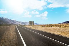 Στριμμένος δρόμος μέσω του ξηρού τοπίου βουνών Στοκ εικόνα με δικαίωμα ελεύθερης χρήσης