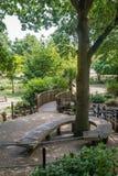 Στριμμένος πάγκος σε ένα πάρκο στοκ εικόνες