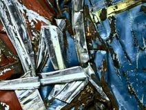 Στριμμένο οξυδωμένο μετάλλων αυτοκινήτων κόκκινο μπλε χρωμίου συντριμμιών ασημένιο Στοκ φωτογραφία με δικαίωμα ελεύθερης χρήσης