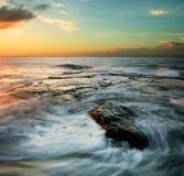 Στροβιλιμένος κύματα στο ηλιοβασίλεμα Στοκ εικόνα με δικαίωμα ελεύθερης χρήσης