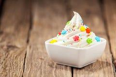 Στροβιλισμένο παγωτό βανίλιας με τη ζωηρόχρωμη καραμέλα Στοκ φωτογραφία με δικαίωμα ελεύθερης χρήσης