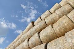 Στρογγυλά δέματα του αχύρου που ισιώνουν σε έναν σωρό Υπόβαθρο του ουρανού Στοκ εικόνα με δικαίωμα ελεύθερης χρήσης